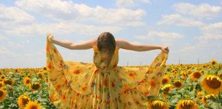 Jakie sukienki dla puszystych? Wybieramy idealną sukienkę wyszczuplającą!